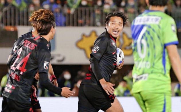 前半、同点ゴールを決め、駆けだす浦和・興梠(右から2人目)=共同