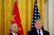 ホワイトハウスで米中貿易交渉の第1段階の合意文書の署名に臨むトランプ米大統領(右)と中国の劉鶴(リュウ・ハァ)副首相=ロイター