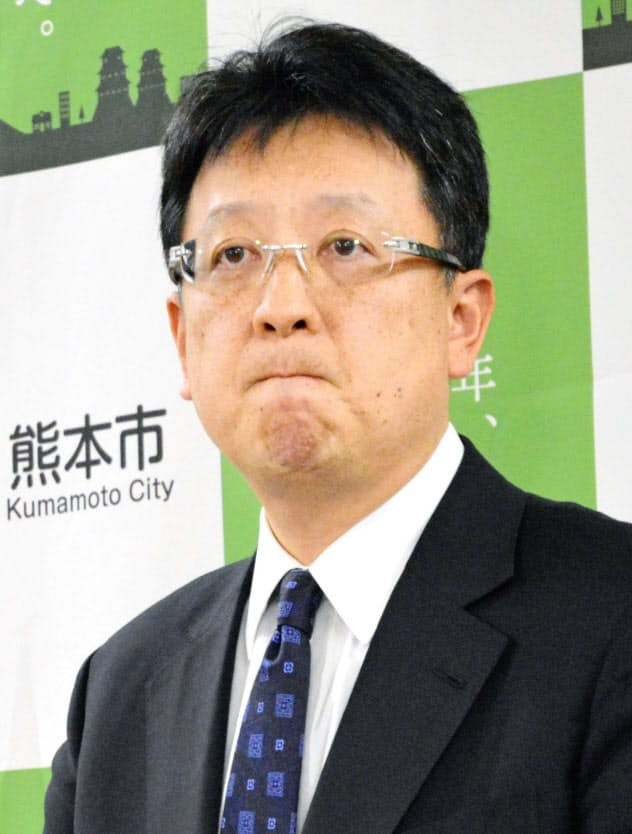 新型コロナウイルスの感染者が確認されたことを受け、厳しい表情で記者会見する熊本市の大西一史市長(22日未明、熊本市)=共同