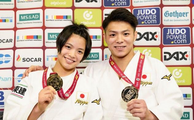 金メダルを手に笑顔の、男子66キロ級で優勝した阿部一二三(右)と女子52キロ級で優勝した妹の阿部詩(21日、デュッセルドルフ)=共同