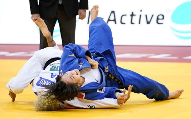 GSデュッセルドルフ大会の女子52キロ級でフランス選手(左)を破り優勝した阿部詩=共同