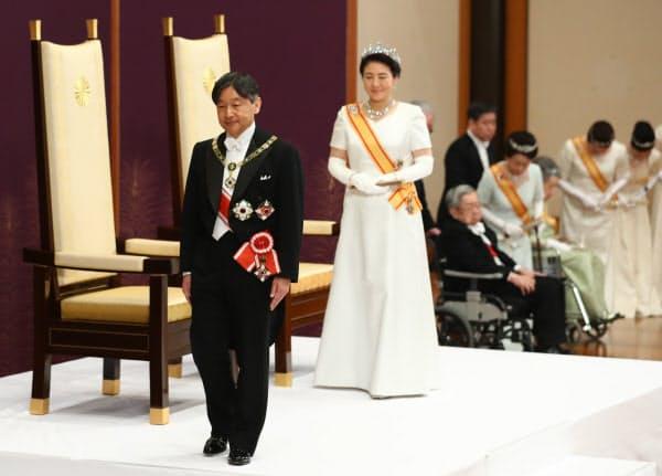 「即位後朝見の儀」を終えて「松の間」を出る天皇、皇后両陛下(2019年5月1日、皇居・宮殿)
