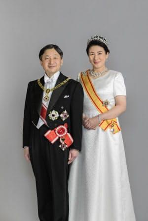 正装姿の天皇、皇后両陛下(2019年5月、赤坂御所)=宮内庁提供