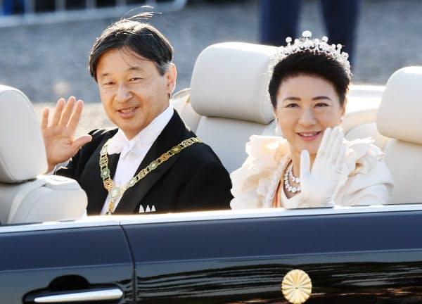 祝賀パレードで沿道の人たちに手を振る天皇、皇后両陛下(2019年11月10日、東京都千代田区)