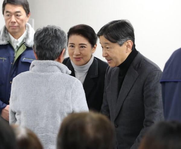 花田応急仮設住宅で、台風19号の被災者を見舞う天皇、皇后両陛下(2019年12月26日、宮城県丸森町)