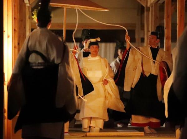 薄明かりの中、大嘗祭の「悠紀殿供饌の儀」に臨む天皇陛下(2019年11月14日、皇居・東御苑)