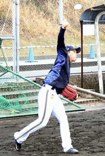 キャッチボール練習をするオリックス・山岡(22日、宮崎)=共同