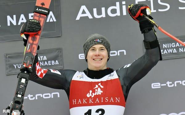 男子大回転で優勝し、喜ぶフィリップ・ズブチッチ(22日、苗場スキー場)=共同