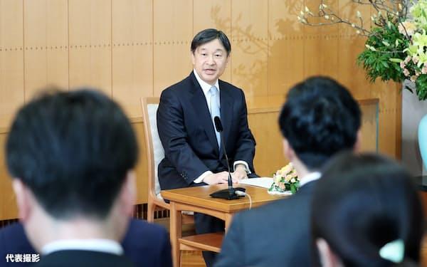 60歳の誕生日を前に記者会見する天皇陛下(21日、赤坂御所)=代表撮影