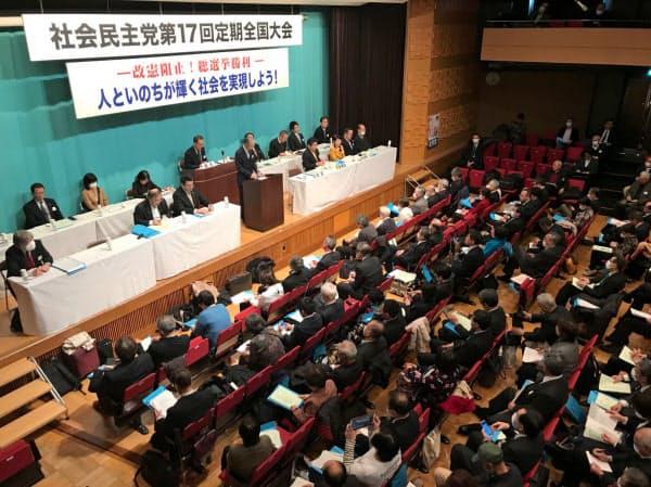福島氏を党首に選出した社民党大会(22日、都内)