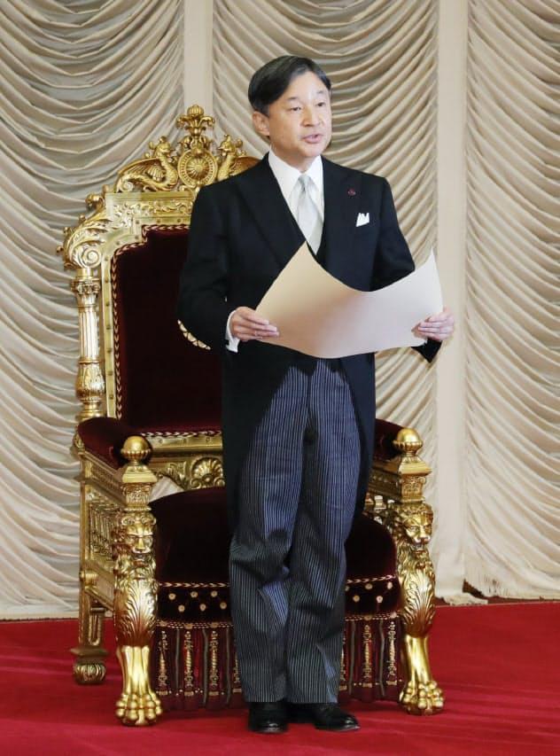 通常国会の開会式でお言葉を述べる天皇陛下(1月20日、参院本会議場)