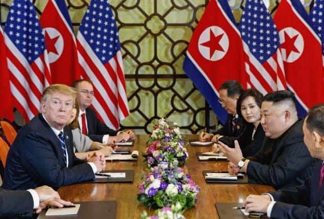 ハノイでの米朝首脳会談は北朝鮮による非核化の進め方をめぐって決裂した。会談に臨むトランプ米大統領(左)と北朝鮮の金正恩委員長(右)ら=2019年2月、ハノイ(AP=共同)