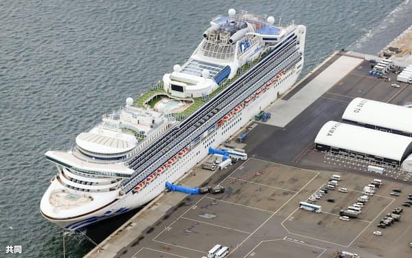 横浜港に停泊するクルーズ船「ダイヤモンド・プリンセス」(22日午後)=共同