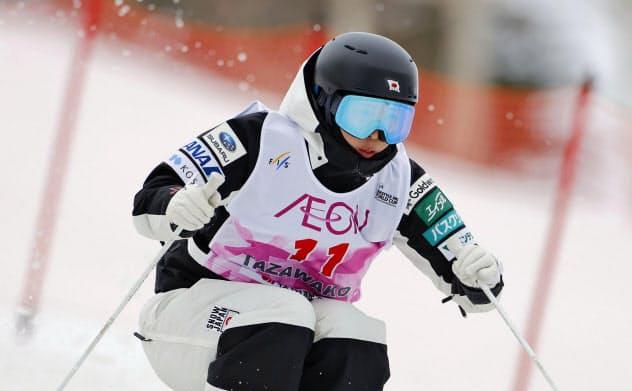 女子モーグル決勝1回目でコブを攻める星野純子(22日、たざわ湖スキー場)=共同