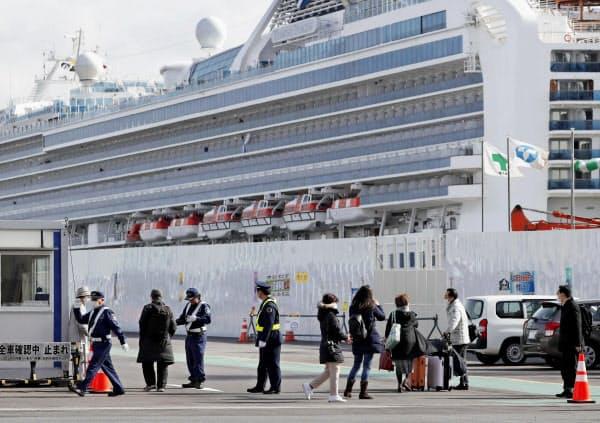 クルーズ船「ダイヤモンド・プリンセス」から下船した人たち(19日、横浜港)=共同