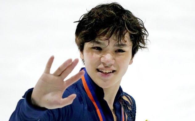 優勝し歓声に応える宇野昌磨(22日、ハーグ)=共同