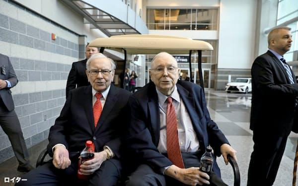 バークシャー・ハザウェイのバフェット会長(左)とマンガー副会長(右)=ロイター