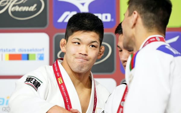 男子73キロ級で優勝し、表彰式で他の選手と握手する大野将平(22日、デュッセルドルフ)=共同
