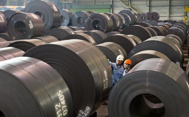 原料価格の高値基調や物流コスト上昇で、鉄鋼大手の業績は悪化(日本製鉄の自動車用鋼板コイル)