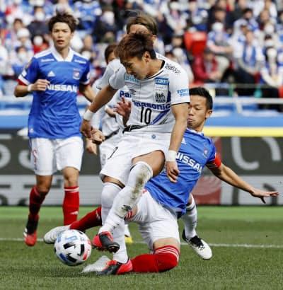 横浜M-G大阪 前半、先制ゴールを決めるG大阪・倉田=手前(23日、日産スタジアム)=共同