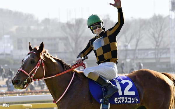 フェブラリーステークスを制したモズアスコットと歓声に応えるクリストフ・ルメール騎手(23日、東京競馬場)=共同