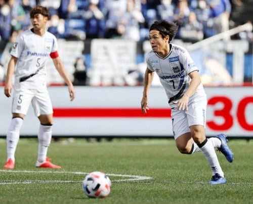 横浜M-G大阪 前半、攻め込むG大阪・遠藤=右(23日、日産スタジアム)=共同