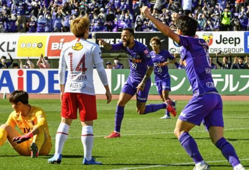 広島―鹿島 前半、ゴールを決め喜ぶ広島・レアンドロペレイラ=中央(23日、Eスタ)=共同