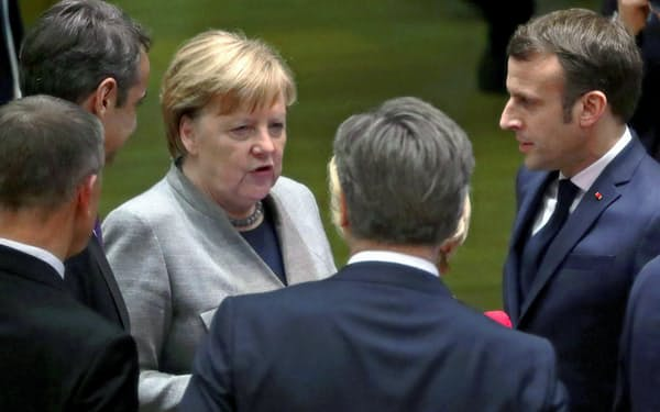 EU首脳会議で議論するメルケル独首相とマクロン仏大統領=ロイター