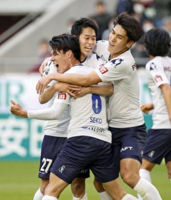 神戸―横浜FC 前半、先制ゴールを決め、祝福される横浜FC・瀬古=手前(23日、ノエスタ)=共同