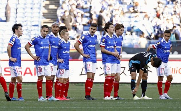 G大阪に敗れた横浜Mイレブン(23日、日産スタジアム)=共同