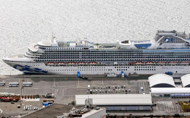 横浜港に停泊するクルーズ船「ダイヤモンド・プリンセス」=22日(共同)
