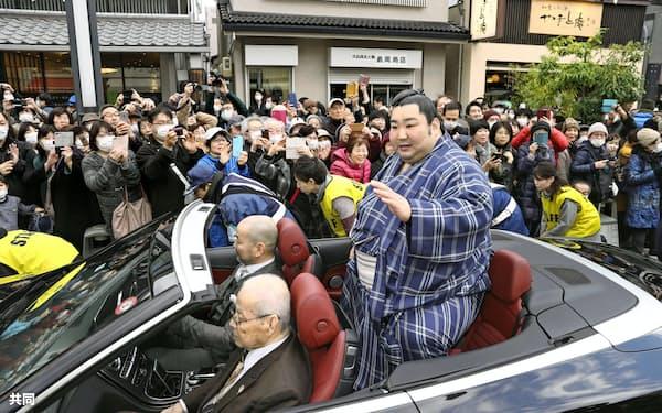 故郷の奈良市で優勝祝賀パレードをする徳勝龍関(23日午後)=共同