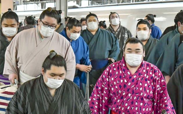 大相撲春場所のため、JR新大阪駅に到着した力士たち。新型コロナウイルスの感染拡大で、大半がマスクを着用していた(2月23日)=共同