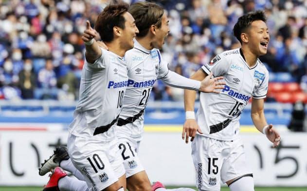 前半、先制ゴールを決め駆けだす倉田(左)らG大阪イレブン=共同