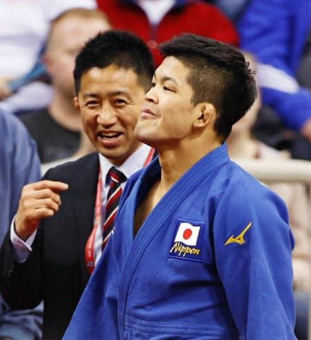 男子73キロ級で優勝し、引き揚げる大野将平。奥は金丸雄介コーチ(デュッセルドルフ)=共同