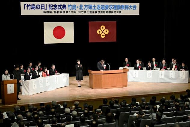 特別決議を承認した、「竹島の日」式典(22日午後、松江市)=共同
