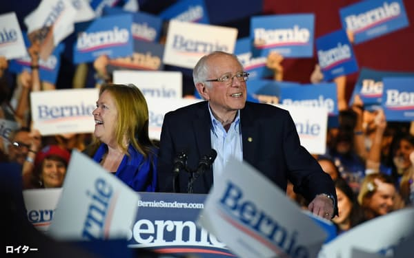 ネバダ州の米民主指名争いに勝利したことを妻とともに祝うサンダース氏(22日、テキサス州サンアントニオ)=ロイター