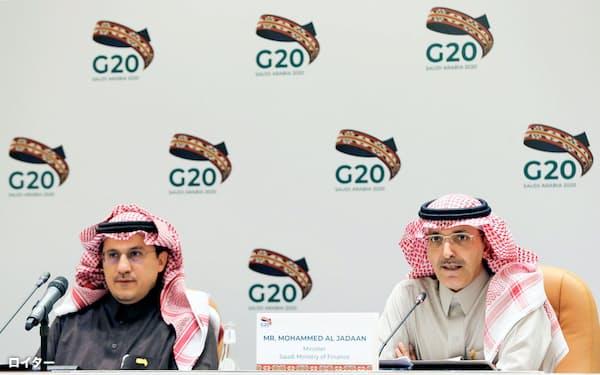 G20財務相・中央銀行総裁会議後に記者会見する、議長国サウジアラビアのジャドアーン財務相(右)(23日、リヤド)=ロイター