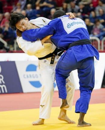 男子90キロ級3位決定戦 キューバ選手と対戦する向翔一郎(23日、デュッセルドルフ)=共同