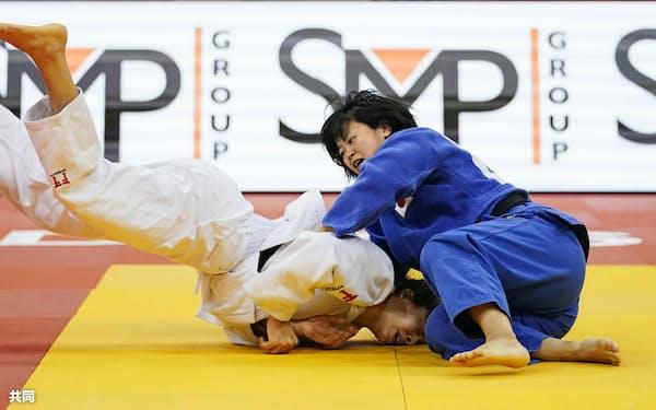女子78キロ級準決勝 ポルトガル選手(左)を破った浜田尚里(23日、デュッセルドルフ)=共同