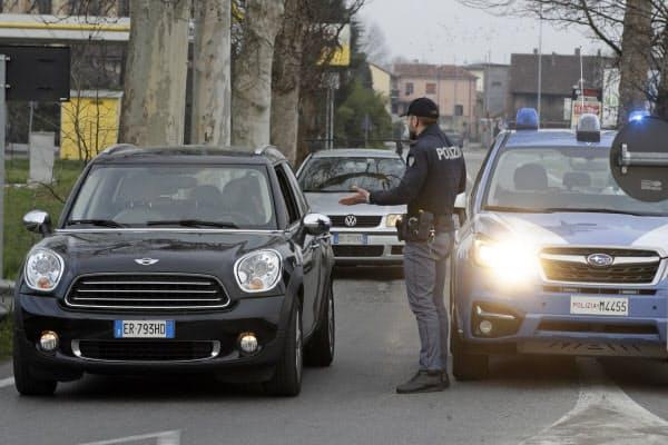 車を止めて検問するイタリア警察(23日、伊北部)=AP