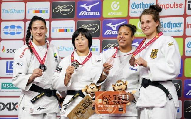 女子78キロ級で優勝し表彰式で金メダルを手にする浜田尚里(左から2人目)ら(23日、デュッセルドルフ)=共同