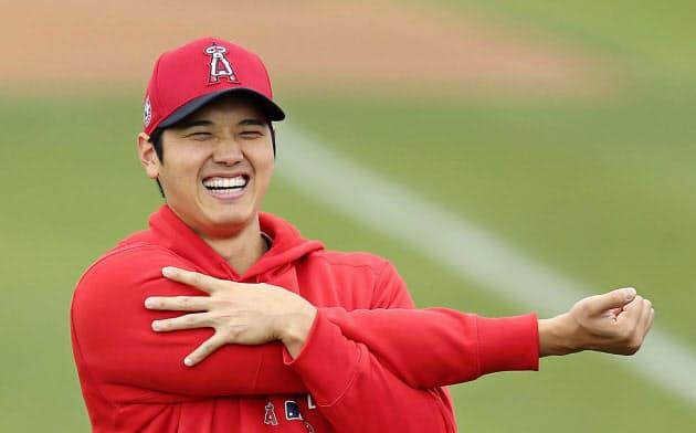 笑顔でストレッチするエンゼルス・大谷(23日、テンピ)=共同