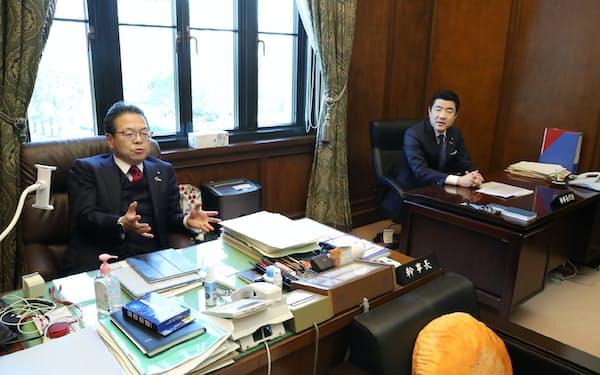 参院自民党の世耕幹事長(左)と野上幹事長代行は、国会内の幹事長室で席を並べて執務しています