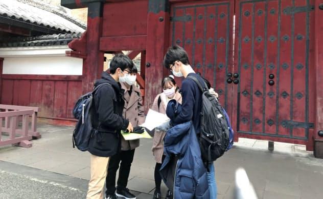 試験会場の下見に来た受験生(24日、東京都文京区の東京大)
