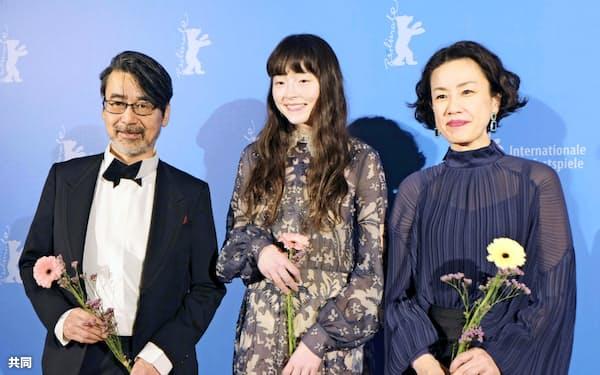 第70回ベルリン国際映画祭で、上映後に笑顔を見せる(左から)諏訪敦彦監督、モトーラ世理奈さん、渡辺真起子さん(23日、ベルリン)=共同