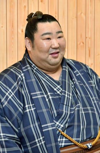 大相撲春場所の番付が発表され、記者会見する徳勝龍(24日午前、大阪府吹田市の木瀬部屋宿舎)=共同