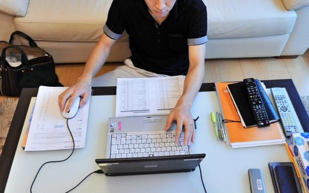 テレワークの普及には長時間労働を防ぐ工夫が求められる(在宅勤務でパソコンに向かう会社員)