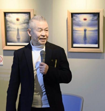「特攻花」を描いた作品の前で話す横山忠正さん(2日、福岡県筑前町の大刀洗平和記念館)=共同
