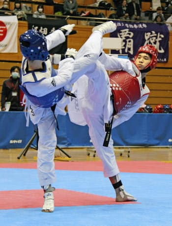 テコンドーの全日本選手権で男子68キロ級を制した鈴木リカルド=右(24日、ダイハツ九州アリーナ)=共同